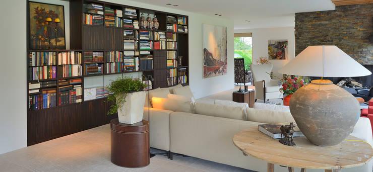 Signature keuken ontwerp met 3 Michelinsterren voor landhuis regio Utrecht:  Woonkamer door EMYKO | Residential Interior Design, Modern