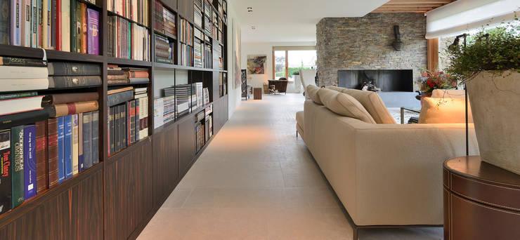 Signature keuken ontwerp met 3 Michelinsterren voor landhuis regio Utrecht:  Mediakamer door EMYKO | Residential Interior Design, Modern