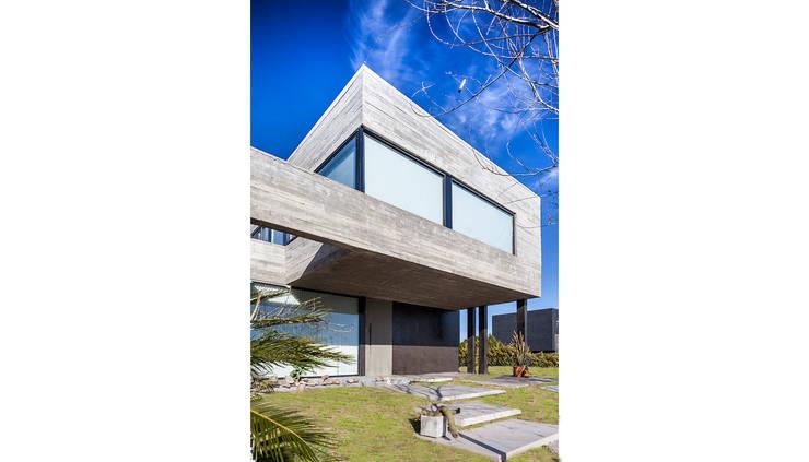 CASA RAIZ: Casas de estilo  por Speziale Linares arquitectos