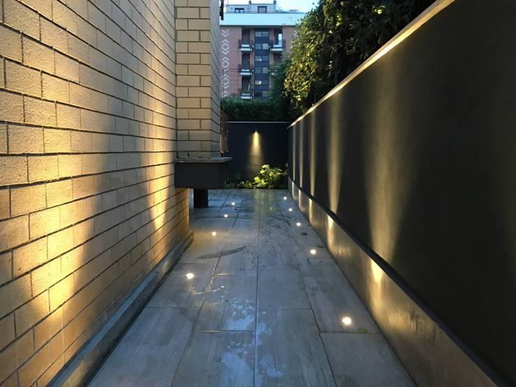 庭院 by Au dehors Studio. Architettura del Paesaggio