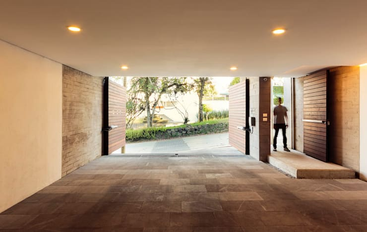 Corridor & hallway by BCA Arch and Interiors