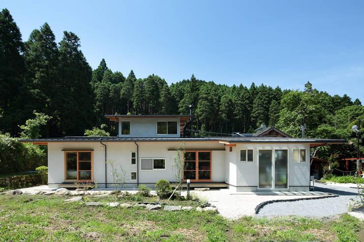 里の家~玖珠万年山の麓 実りある住まい~ 北欧風 家 の 山道勉建築 北欧 木 木目調