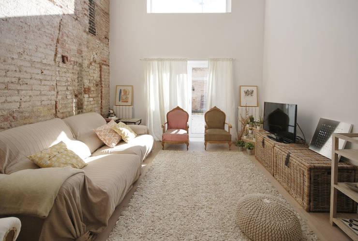 Salón: Salones de estilo mediterráneo de Abrils Studio