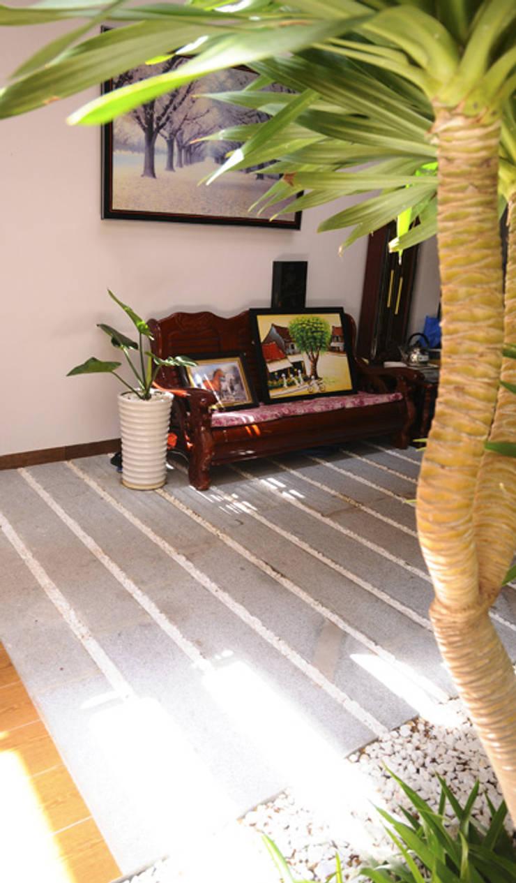 Thiết Kế Nhà Ống 3 Tầng Hướng Nội, Chan Hòa Với Thiên Nhiên:  Phòng khách by Công ty TNHH Xây Dựng TM – DV Song Phát