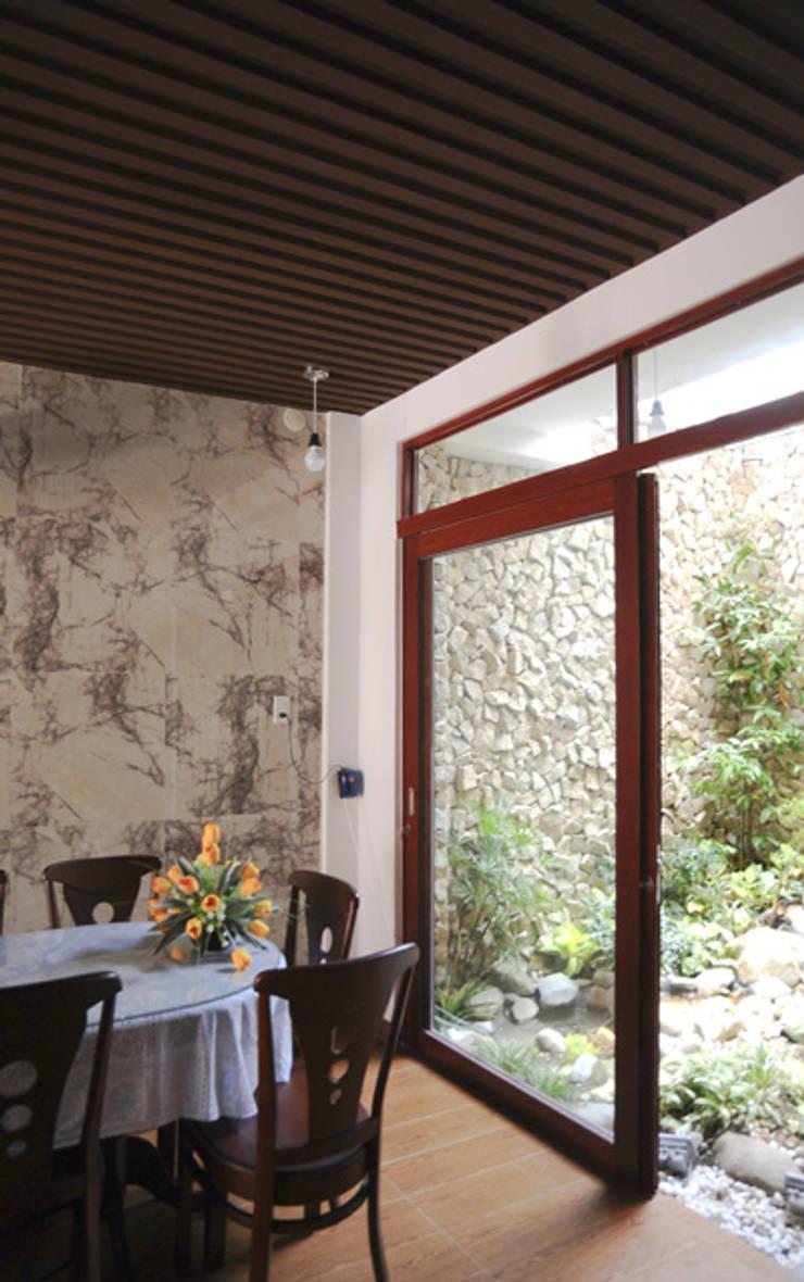 Thiết Kế Nhà Ống 3 Tầng Hướng Nội, Chan Hòa Với Thiên Nhiên:  Phòng ăn by Công ty TNHH Xây Dựng TM – DV Song Phát