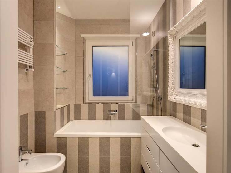 Banheiros  por MOB ARCHITECTS