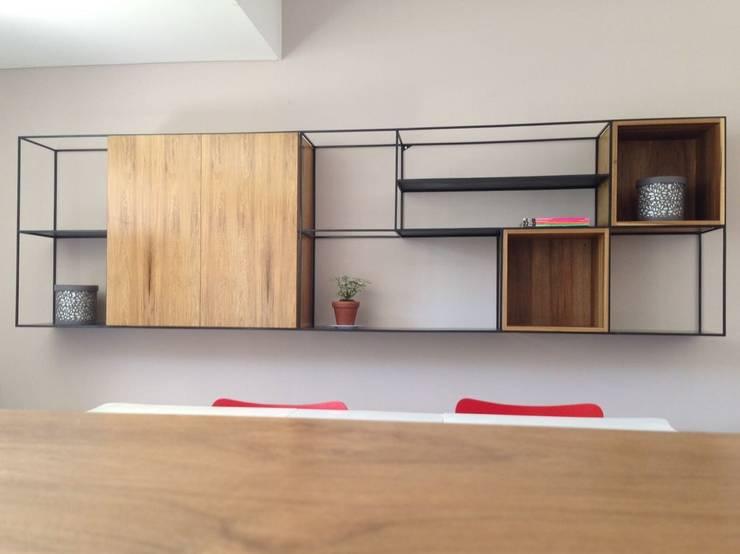 Mueble en altura, estructura metálica y módulos enchapados en Petiribí natural blanqueado.: Livings de estilo  por Barragan Carpinteria,