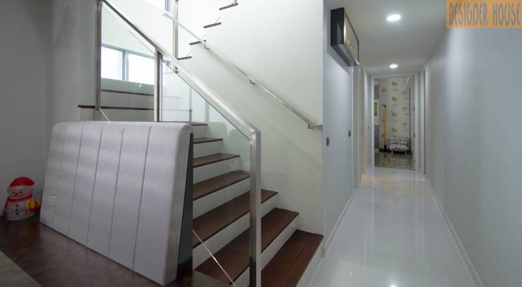 走廊 & 玄關 by Designer House, 現代風 木頭 Wood effect