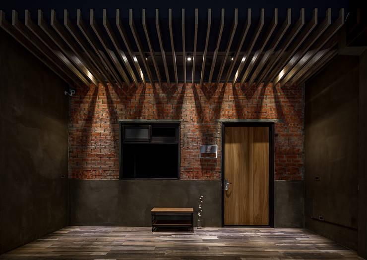 騎樓:  木頭門 by 漢玥室內設計