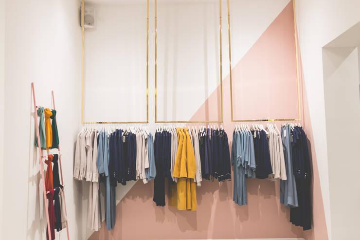Diseño y decoración de tienda de ropa: Espacios comerciales de estilo  de Interioristas Dimeic, diseñadores y decoradores en Madrid