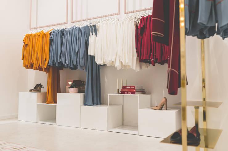 Diseño de mobiliario a medida: Espacios comerciales de estilo  de Interioristas Dimeic, diseñadores y decoradores en Madrid