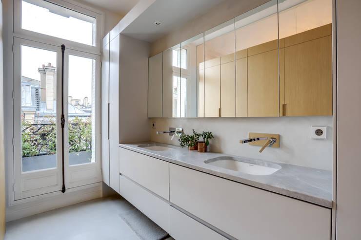 PARIS 2: Salle de bains de style  par BMA