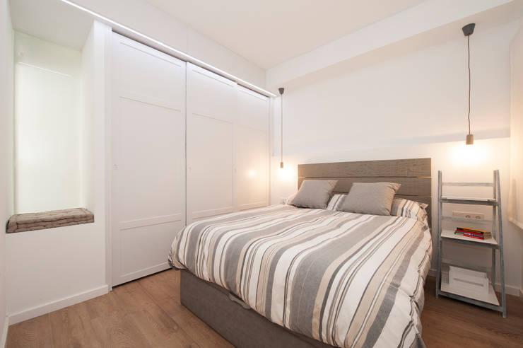 Armario empotrado lacado en blanco: Dormitorios de estilo  de Sincro