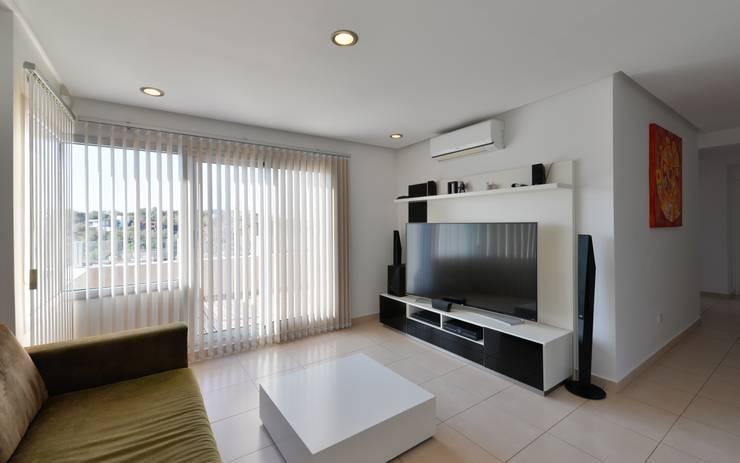 Salones de estilo  de SCHLATTER arquitectura y diseño, Moderno