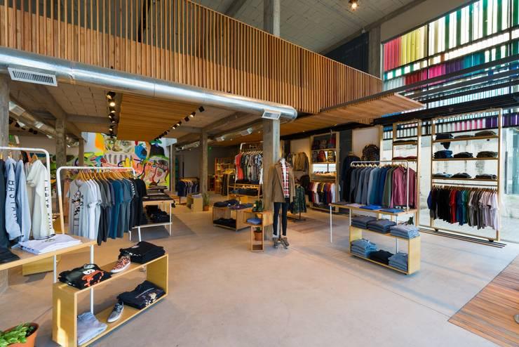 PARA ENVIAR (GONGO SHOP): Oficinas y Tiendas de estilo  por SCHLATTER arquitectura y diseño,