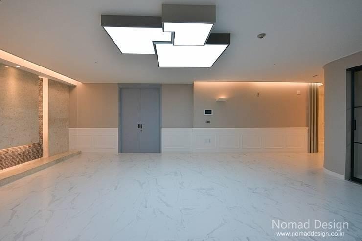 66평 강서구 엘크루블루오션 – 부산: 노마드디자인 / Nomad design의  거실