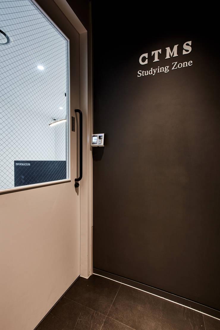 분당 수내동 CTMS 학원: 한디자인 / HAN DESIGN의  실내 문,