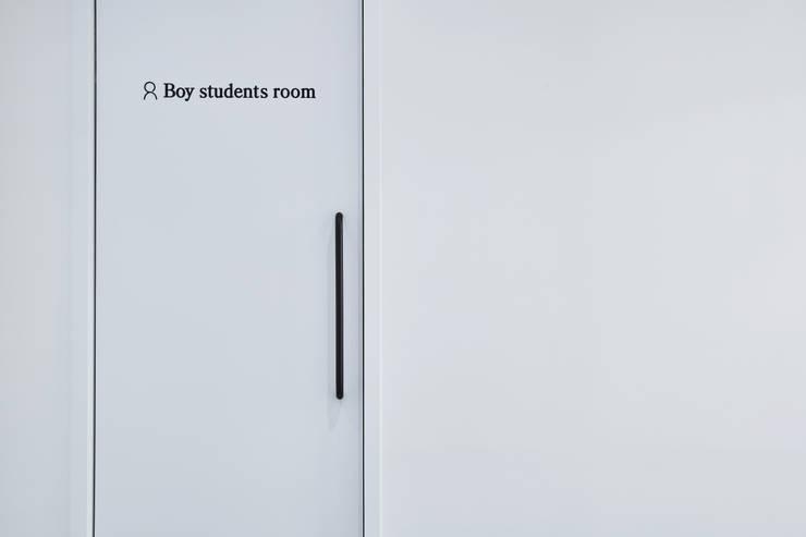 분당 수내동 CTMS 학원: 한디자인 / HAN DESIGN의  문,
