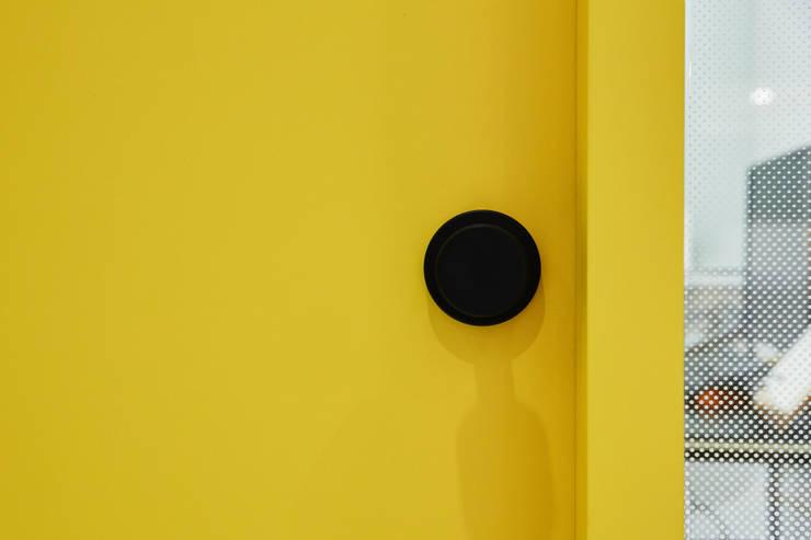 분당 수내동 CTMS 학원: 한디자인 / HAN DESIGN의  창문 & 문,
