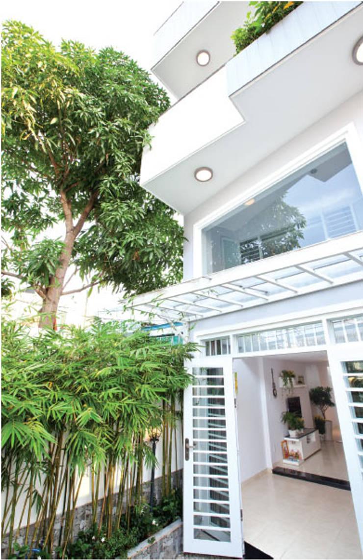 Mặt tiền ngôi nhà phố 2 tầng đẹp:  Nhà gia đình by Công ty TNHH Thiết Kế Xây Dựng Song Phát