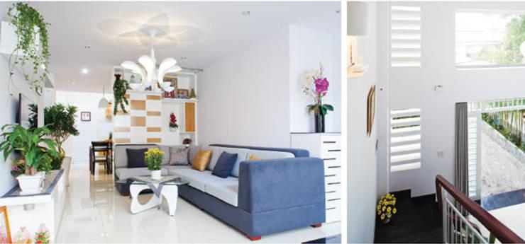 Ánh sáng tự nhiên thông qua giếng trời được tận dụng nhằm tạo điểm nhấn.:  Phòng khách by Công ty TNHH Thiết Kế Xây Dựng Song Phát