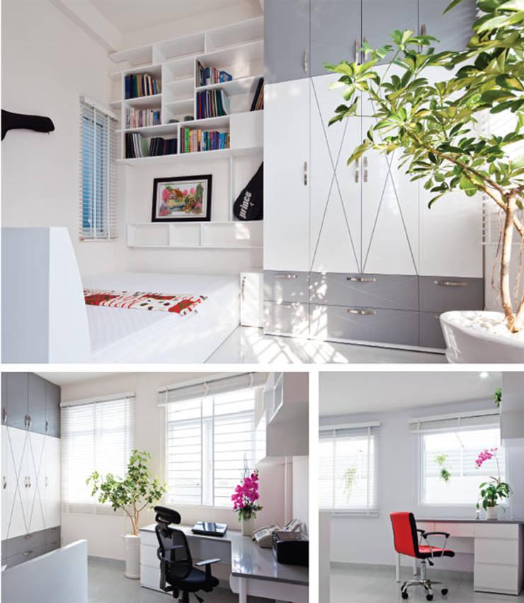Vườn nhỏ làm tôn lên vẻ đẹp của ngôi nhà.:  Phòng khách by Công ty TNHH Thiết Kế Xây Dựng Song Phát