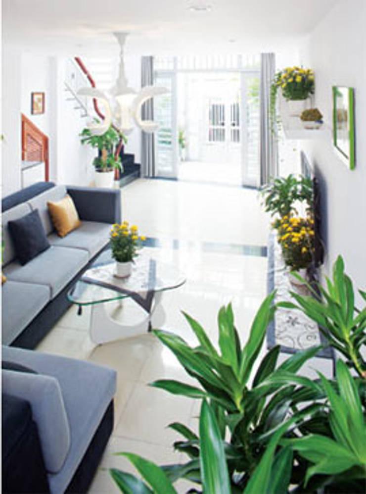 Nội thất gỗ tự nhiên, mang đến cảm giác nhẹ nhàng.:  Phòng khách by Công ty TNHH Thiết Kế Xây Dựng Song Phát