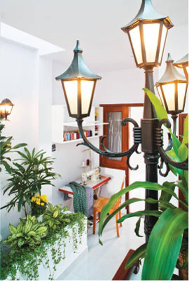 Trụ đèn ở cầu thang sẽ là hiệu ứng ánh sáng bao quanh :  Phòng khách by Công ty TNHH Thiết Kế Xây Dựng Song Phát