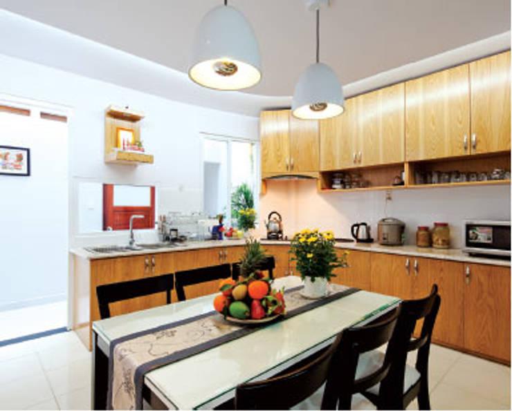 Không gian bếp với nội thất đầy đủ tiện nghi.:  Phòng ăn by Công ty TNHH Thiết Kế Xây Dựng Song Phát