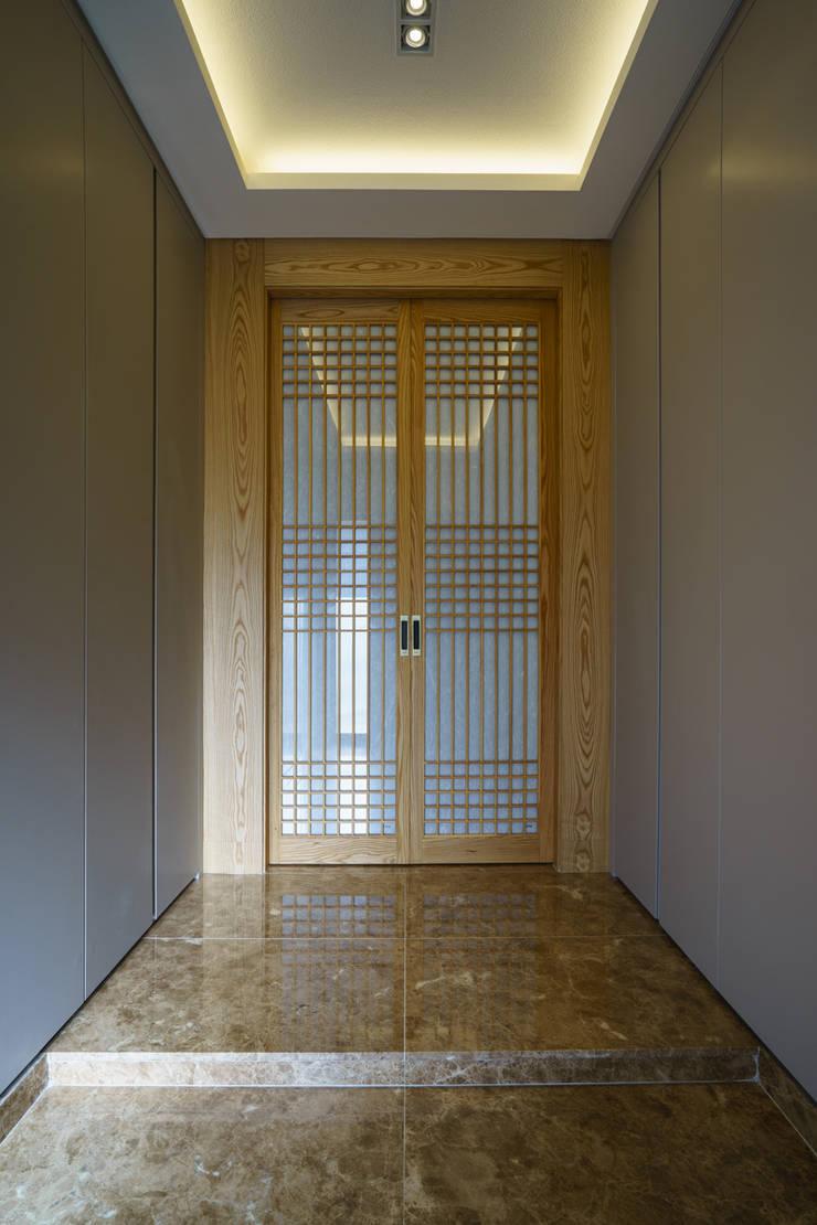 Corredores e halls de entrada  por 위즈스케일디자인, Asiático Madeira Acabamento em madeira