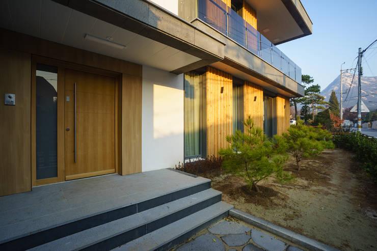 Casas  por 위즈스케일디자인, Moderno Madeira Acabamento em madeira