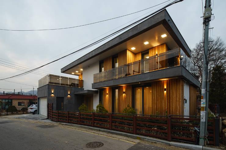 Condomínios  por 위즈스케일디자인, Moderno Madeira Acabamento em madeira