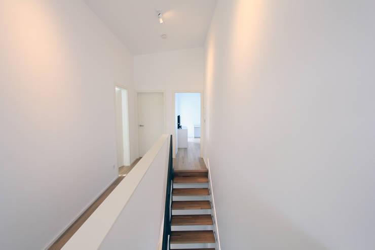 Corridor & hallway by STRICK  Architekten + Ingenieure, Modern