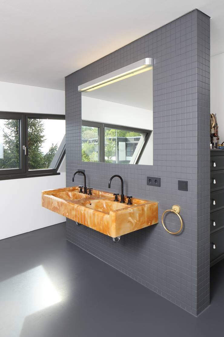Badezimmer:  Badezimmer von Architekturbüro zwo P,