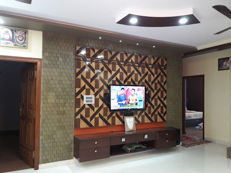 Project Gayatri—Mahalaxmi Layout—Bangalore:  Living room by Pebblewood.in