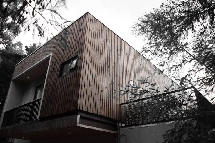 CASA AV: Casas de estilo  por corner