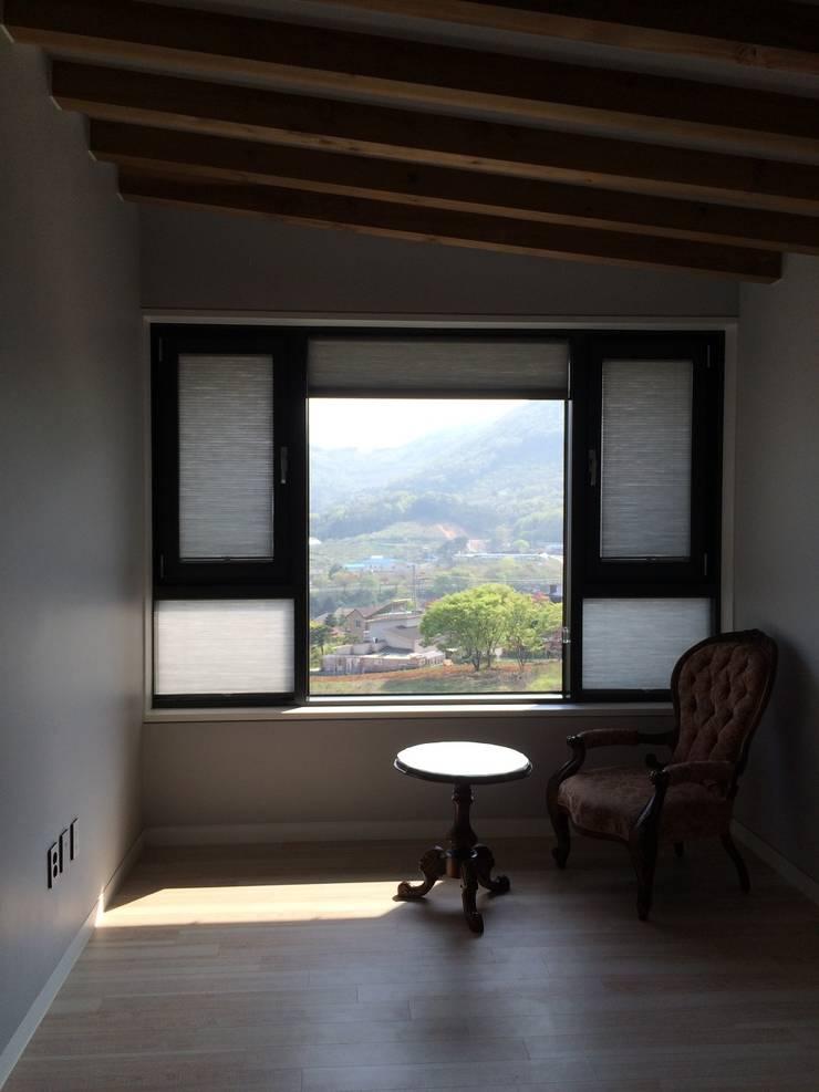 봉곡리주택: 건축사 사무소 YEHA의  거실,모던