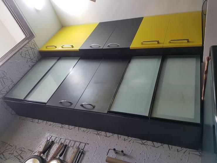 Navi Mumbai flat:  Kitchen by Creative Focus