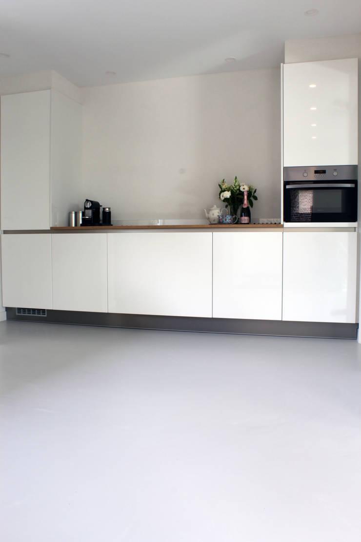 PU-Gietvloer als Basis voor een Tijdloos Interieur :  Keuken door Motion Gietvloeren
