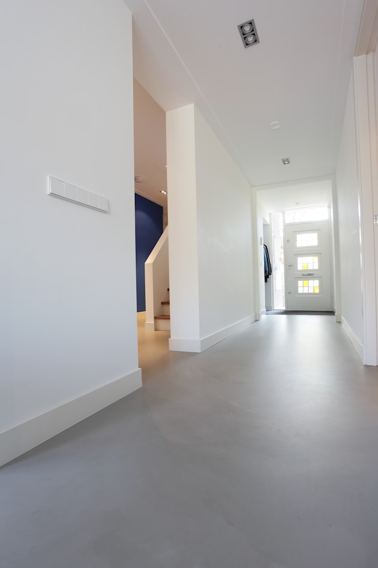 Betonlook Gietvloer in Moderne Woning:  Gang en hal door Motion Gietvloeren, Modern