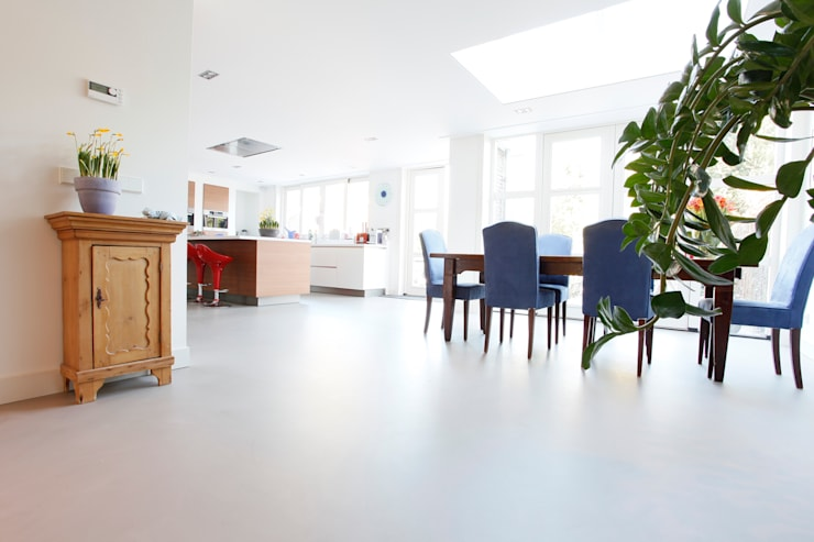 Betonlook Gietvloer in Moderne Woning:  Keuken door Motion Gietvloeren, Modern