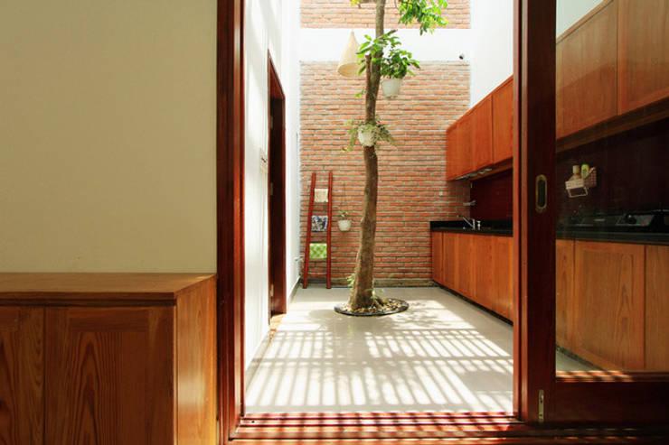 Mẫu Thiết Kế Nhà Ống 3 Tầng Mặt Tiền 5m Hướng Tây Chắn Nắng:  Tủ bếp by Công ty TNHH Xây Dựng TM – DV Song Phát