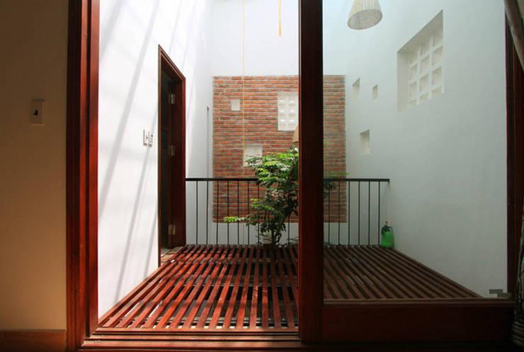 Thiết kế ban công độc đáo với hệ gỗ lam:  Hiên, sân thượng by Công ty TNHH Xây Dựng TM – DV Song Phát
