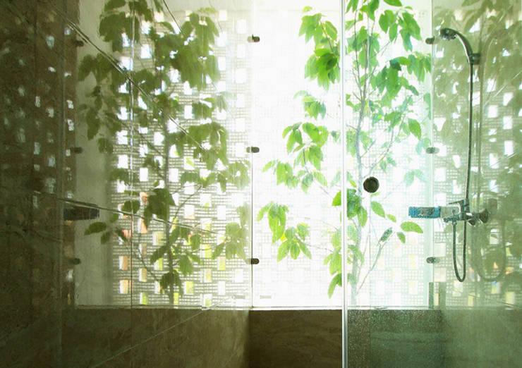 Mẫu Thiết Kế Nhà Ống 3 Tầng Mặt Tiền 5m Hướng Tây Chắn Nắng:  Phòng tắm by Công ty TNHH Xây Dựng TM – DV Song Phát