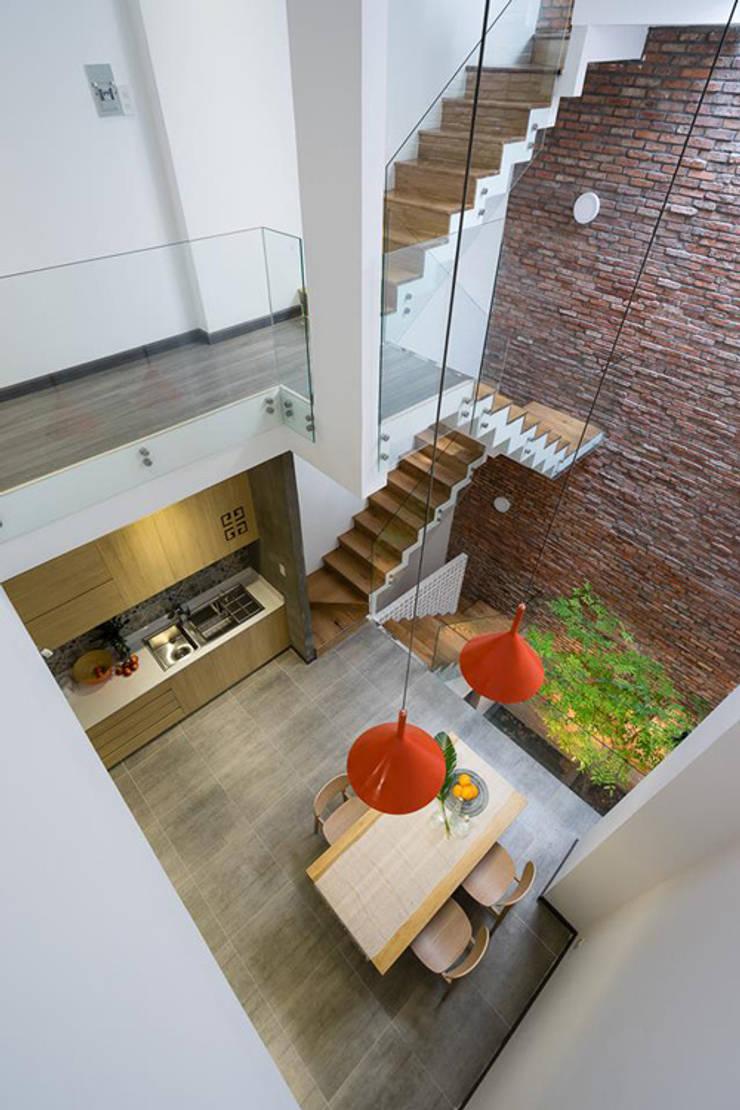 Không gian tổng thể của ngôi nhà được liên kết chặt chẽ với nhau.:  Vườn đá by Công ty TNHH Thiết Kế Xây Dựng Song Phát
