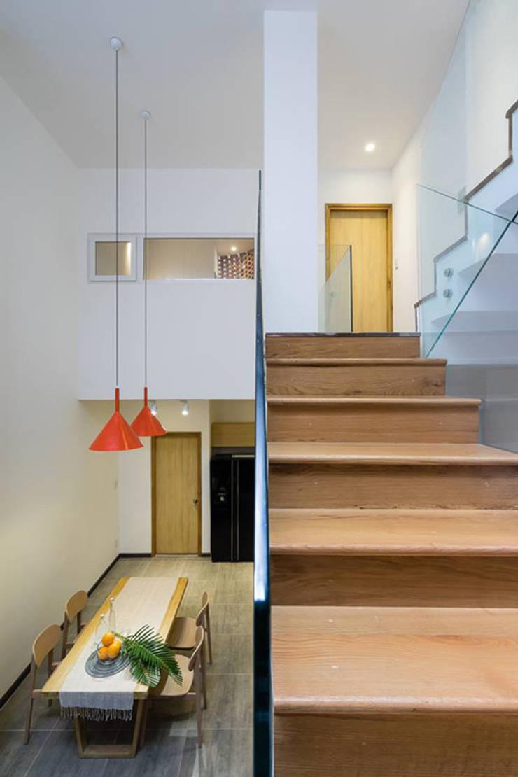 Lan can cầu thang được thiết kế từ kính giúp ngôi nhà thông thoáng hơn.:  Cầu thang by Công ty TNHH Thiết Kế Xây Dựng Song Phát