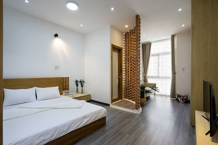 Không gian phòng ngủ rộng rãi hơn với đồ nội thất đơn giản.:  Phòng ngủ by Công ty TNHH Thiết Kế Xây Dựng Song Phát