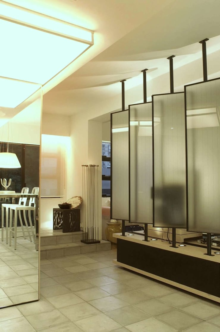 Formwell Garden:  Corridor & hallway by Clifton Leung Design Workshop