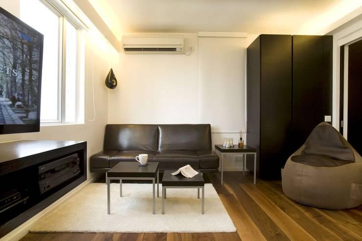 Healthy Garden: modern Living room by Clifton Leung Design Workshop