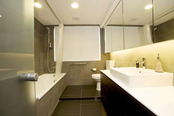 Healthy Garden: modern Bathroom by Clifton Leung Design Workshop